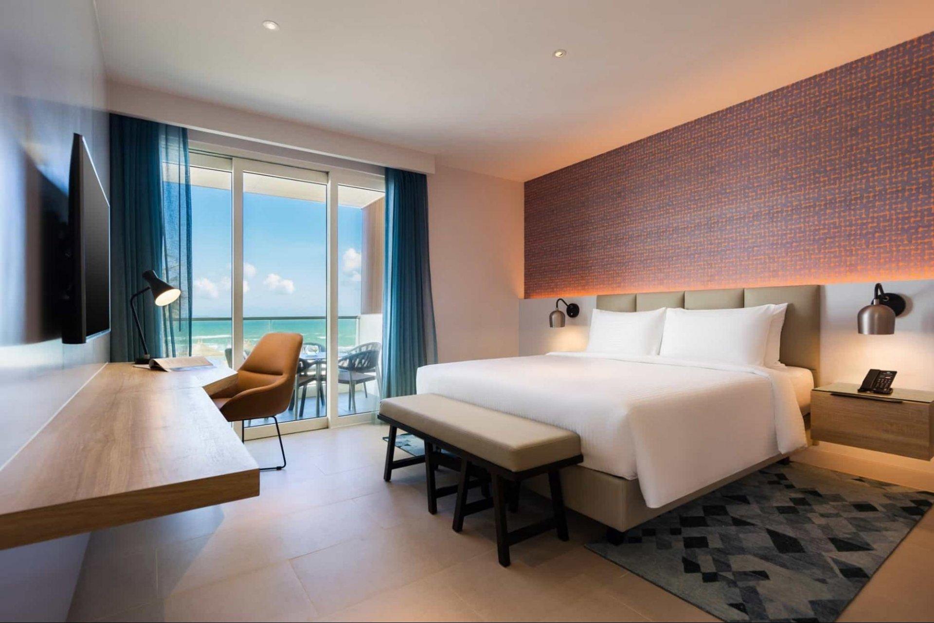 Cua-phong-bang-kinh-mang-lai-cam-giac-sang-sua-va-am-ap-cho-ca-can-phong-Alma-Resort
